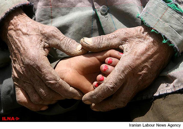 در ۲۵ درصد خانوارهای فقیر بیش از ۲ نفر کار میکنند/ برخی خانوارها قادر به خروج از خط فقر مطلق نیستند: